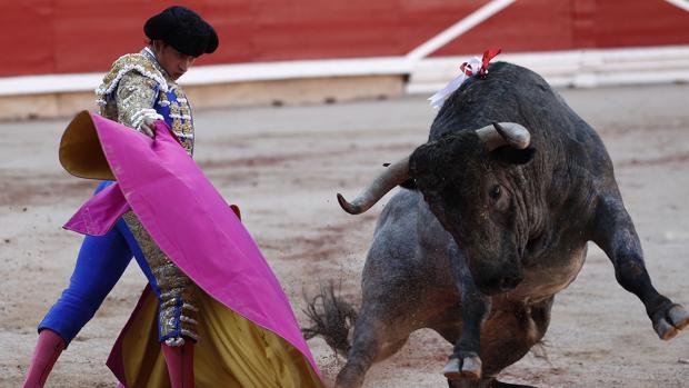 Alberto Aguilar recibe con el capote al tercer toro