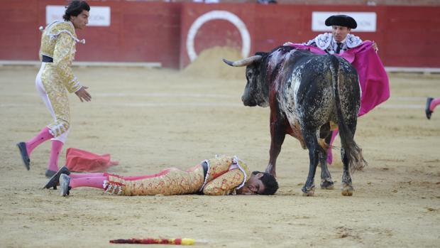 Víctor Barrio ha fallecido, en la plaza de toros de Teruel, tras sufrir una grave cogida en el tercer toro de la tarde