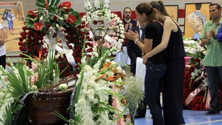 El dolor de la viuda, en la capilla ardiente con el féretro rodeado de flores