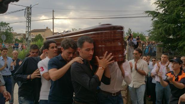 El féretro de Víctor Barrio portado por su cuadrilla, amigos y familiares a su llegada al polideportivo de Sepúlveda