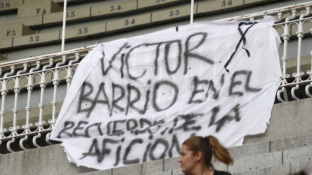 Pancarta en recuerdo de Víctor Barrio