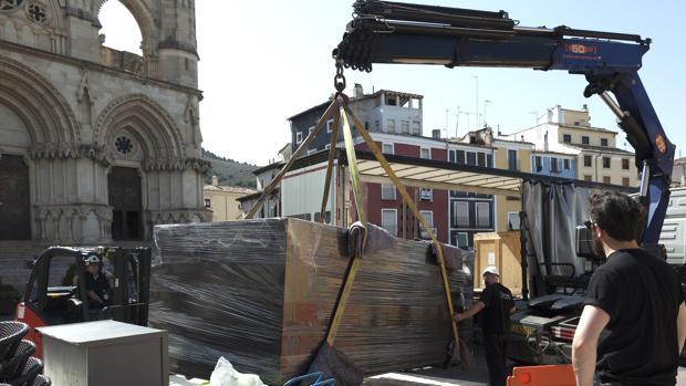 La obra de AI Weiwei es descargada en la catedral de Cuenca