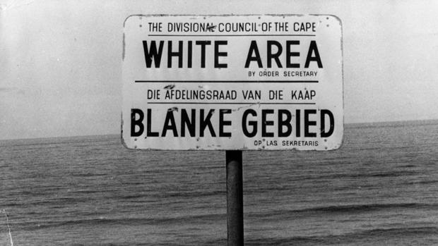 Cartel en una playa sudafricana en los años del «apartheid»