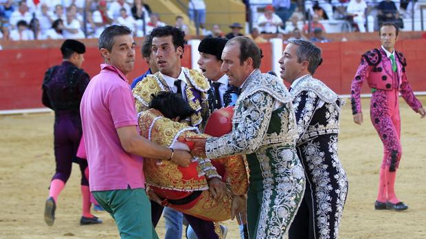 Morenito de Aranda y las cuadrillas trasladan a Víctor Barrio a la enfermería