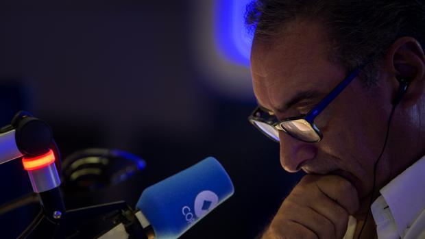 Carlos Herrera durante su programa de radio en Cope