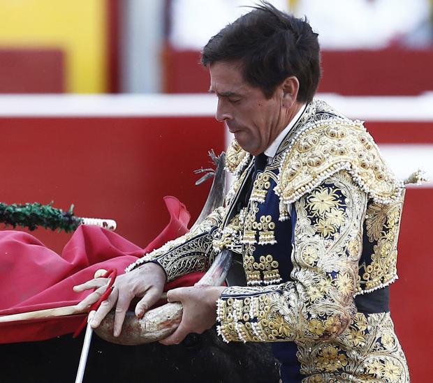 Eduardo Dávila Miura sufrió un susto con el quinto miura, que le rajó el chaleco