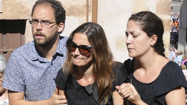 Raquel Sanz (con gafas de sol), hace una semana en el funeral de su marido