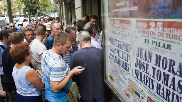 Colas en la Monumental catalana en septiembre de 2011