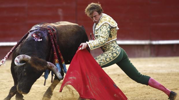Román se dobla con el remiendo de Luis Algarra, premiado con la vuelta al ruedo y en el que se ganó la puerta grande