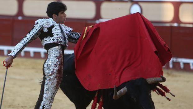 López Simón, en un pase de pecho