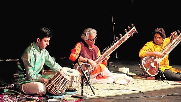 Los Mishra, una familia de músicos indios, durante un concierto
