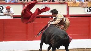El diestro Gonzalo Caballero sufre tres cogida en la plaza de Cuatro Caminos de Santander
