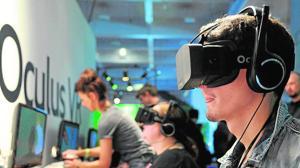 Personas usando el dispositivo de realidad virtual Oculus Rift