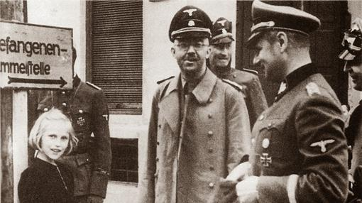 Himmler, con su hija Gudrun, de visita a Dachau