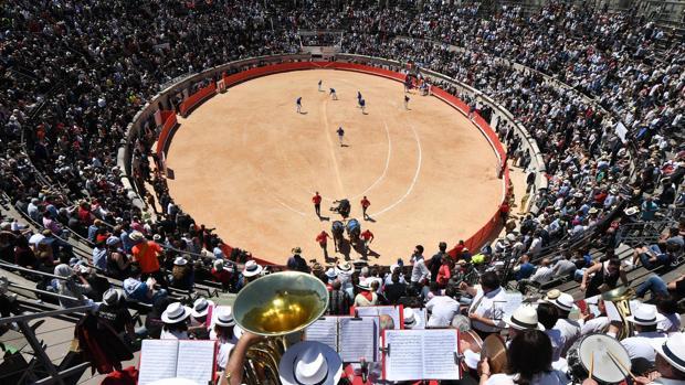 Celebración de una corrida de toros en la plaza de Nimes en Francia