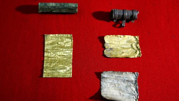 Los amuletos de plomo con los conjuros que han encontrado en la localidad serbia de Kostolac