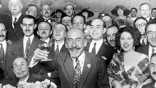 Brindando en un homenaje que le hicieron en el Liceo de América en 1923