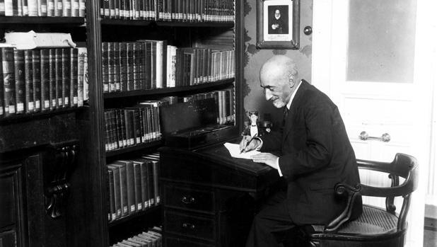 Jacinto Benavente, escribiendo en la biblioteca de su casa en 1930