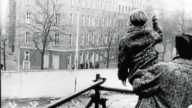 Un pequeño berlinés occidental saluda a su abuela en el lado oriental en la Navidad de 1968