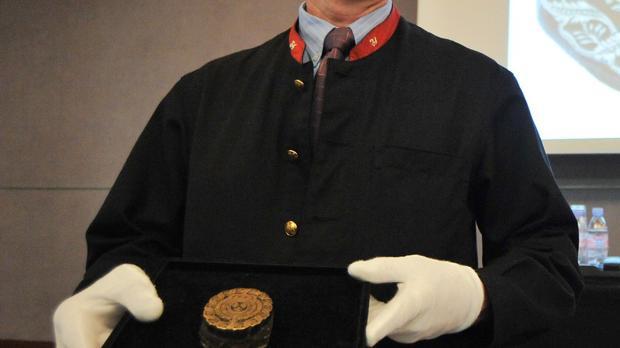 El uniforme de cuello rojo («cols rouges») de uno de los empleados de la casa se subastas