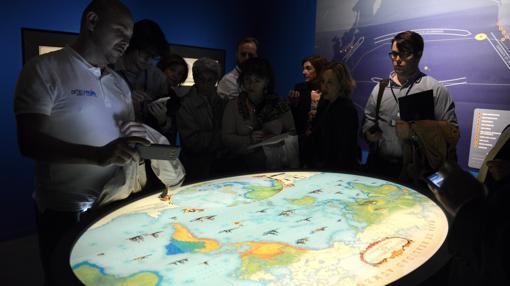 Los visitantes disfrutan de una consola de realidad aumentada