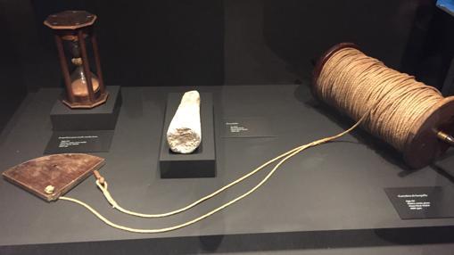 Instrumentos de navegación del siglo XVI: ampolleta, escandallo y la corredera de barquilla para medir la velocidad de la nave