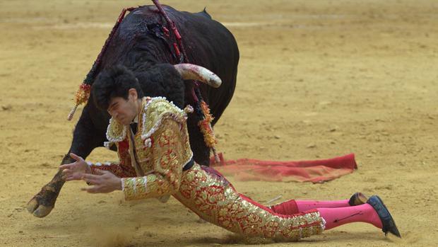 López Simón, en un momento del percance en el segundo toro