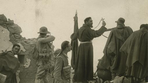 El Padre Revilla se dirige a los legionarios antes de una acción