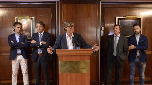 Simón Casas, acompañado por Nacho Lloret, Rafael García (Nautalia), Curro Vázquez y Joserra Lozano