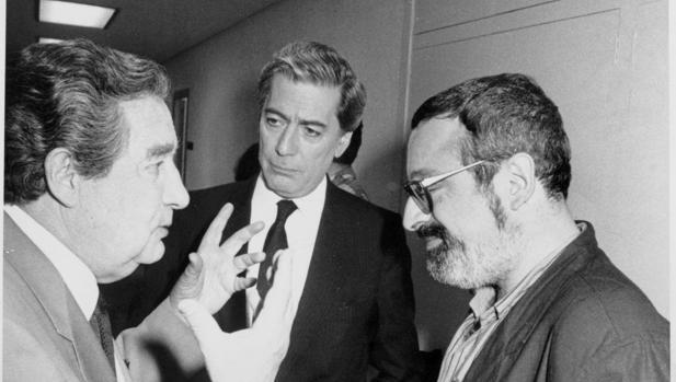 Paz conversa con Fernando Savater y Vargas Llosa en el Congreso de Valencia de 1987, conmemoración del de 1937