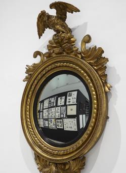 Espejo coronado por un águila, de Marcel Broodthaers
