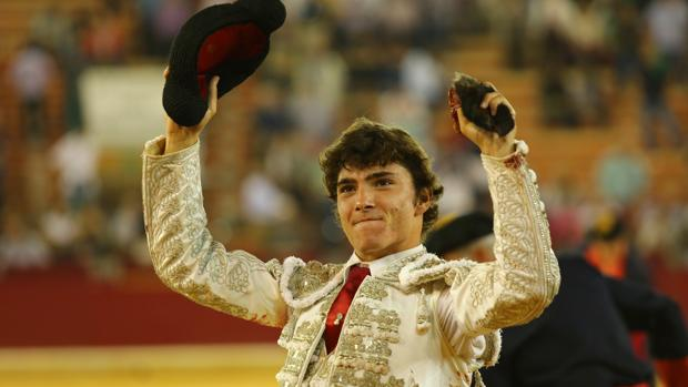 Jorge Isiegas pasea la oreja del quinto