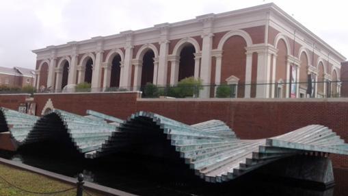 Fachada del Meadows Museum con una escultura cinética de Calatrava en primer plano