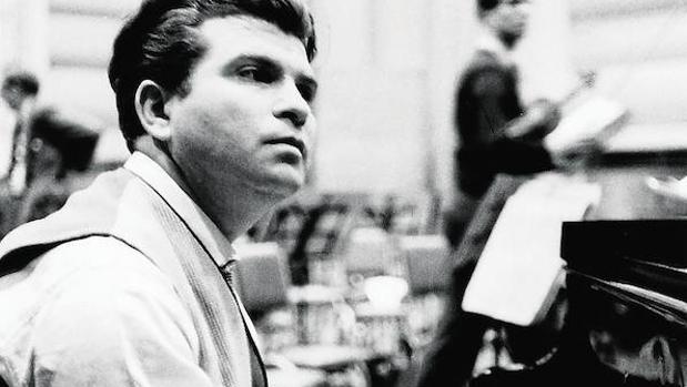 Gilels, fotografiado durante su célebre grabación del «Emperador» de Beethoven en 1957