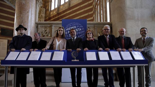 El jurado del Premio Planeta, ante los diez manuscritos finalistas de la edición de 2015