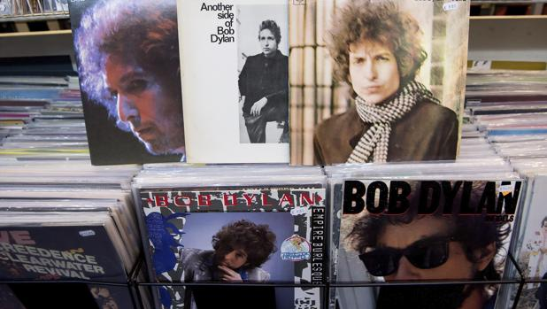 Vista de los álbumes «At Budokan», «Another side of Bob Dylan», «Blonde on Blonde», «Emprie Burlesque» e «Infields» del cantante estadoundiense Bob Dylan, premio Nobel de Literatura 2016, en una tienda de discos de Múnich