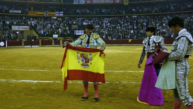 Juan José Padilla da la vuelta al ruedo con la bandera de España en el broche de feria, que colgó el No hay billetes