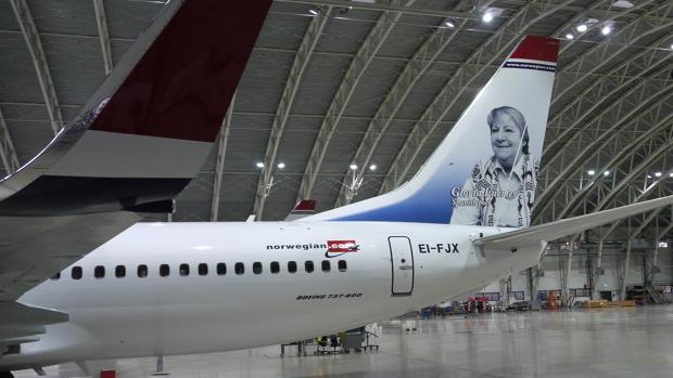 El avión con la imagen de Gloria Fuertes