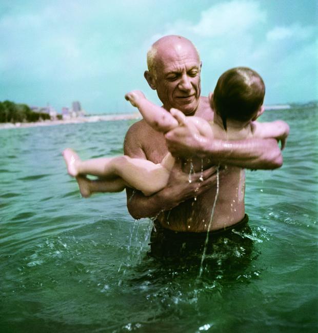 Picasso jugando en el agua con su hijo Claude (Vallauris, 1948)