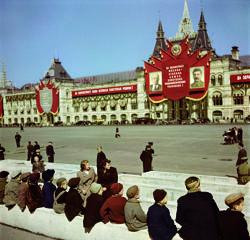 Jóvenes esperando para ver la tumba de Lenin en la Plaza Roja (Moscú, 1947)