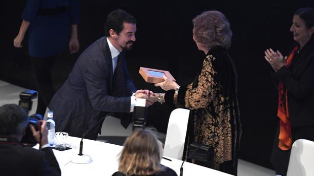 Doña Sofía entrega el premio BMW de Pintura a Miki Leal