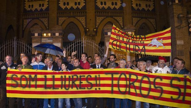 Manifestación de los aficionados a los toros en la Monumental catalana