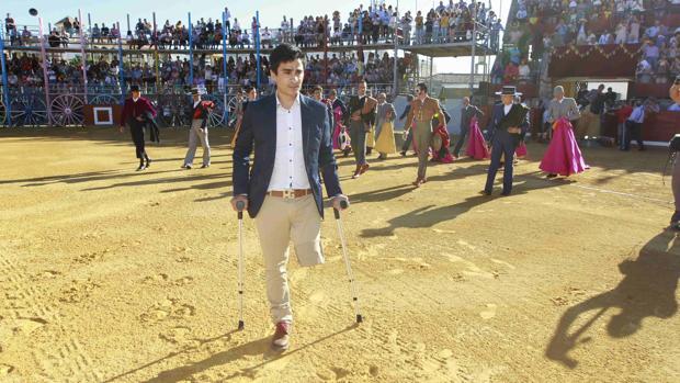 José Manuel Soto, con muletas, hace el paseíllo delante de sus compañeros en la plaza de La Algaba