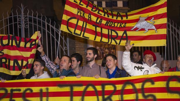 Aficionados de Cataluña en las puertas de la Monumental de Barcelona