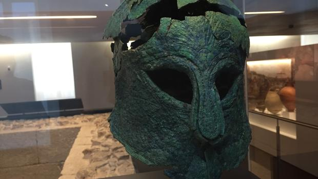 Casco griego del guerrero enterrado en el siglo IV a.C. y hallado en 2012