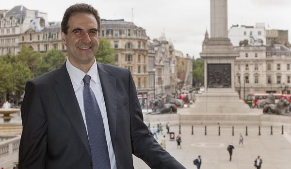 Gabriele Finaldi, en el exterior de la National Gallery con Trafalgar Square al fondo
