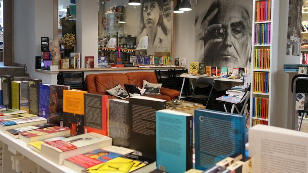 Interior de la librería Intempestivos, en Segovia