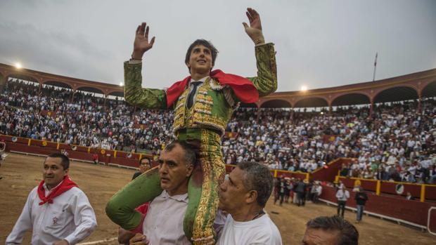 Andrés Roca Rey es llevado a hombros en la plaza de Acho, en Lima (Perú)