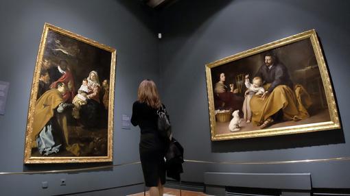 Una mujer admira «La Adoración de los Magos, de Velázquez (a la izquierda) y «La Sagrada Familia del pajarito», de Murillo