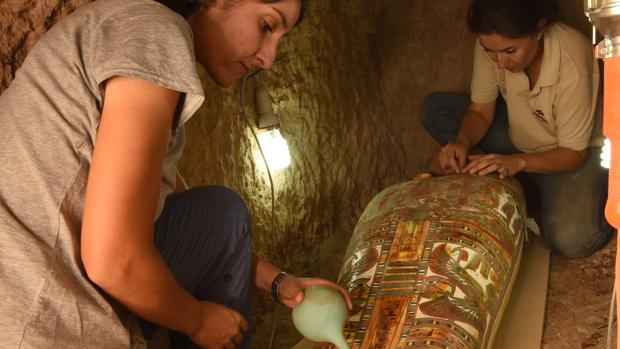 Egiptólogos españoles descubren un cartonaje de momia ricamente decorado en Lúxor
